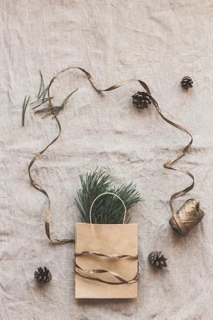クリスマスの組成物。紙袋のモミの枝を持つ。フラット横たわっていた、トップ ビュー 写真素材