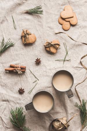 クリスマスの組成物。一杯のコーヒー、クリスマスのジンジャーブレッド、松の枝、シナモンスティック、アニススター。フラット横たわっていた