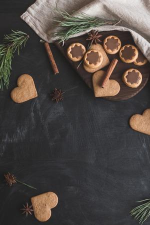 クリスマスの組成物。クリスマスのジンジャーブレッド、松の枝、シナモンスティック、アニススター。フラット横たわっていた、トップ ビュー