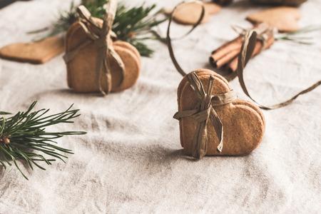 クリスマスの組成物。ワークスペースです。クリスマスのジンジャーブレッド, シナモンスティック, 松の枝のギフト 写真素材