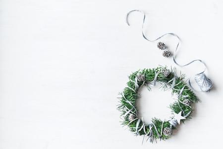 クリスマス。手作りのクリスマス リース。平面図、平面レイアウト 写真素材