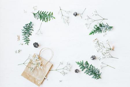 크리스마스 조성입니다. 크리스마스 선물, 소나무 콘, thuja 분기 및 gypsophila 꽃. 평면도, 평면도