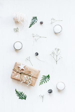 Composition de Noël. Cadeau de Noël, pommes de pin, branches de thuya et fleurs de gypsophile. Vue de dessus, pose plate Banque d'images