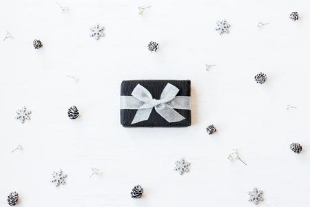 Weihnachtskomposition. Weihnachtsgeschenk, Schneeflocken, Tannenzapfen und Gypsophila-Blumen. Draufsicht, flache Lage Lizenzfreie Bilder