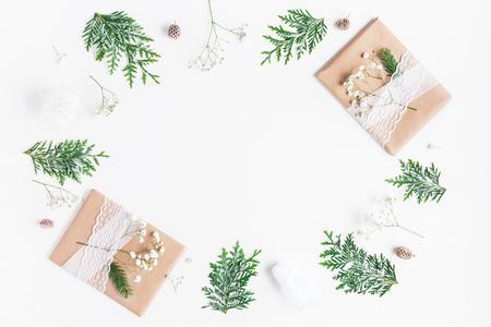 Weihnachtskomposition. Weihnachtsgeschenke, Kiefernkegel, Gypsophila blüht, Thujazweige auf weißem Hintergrund. Flache Lage, Draufsicht, Kopie, Raum