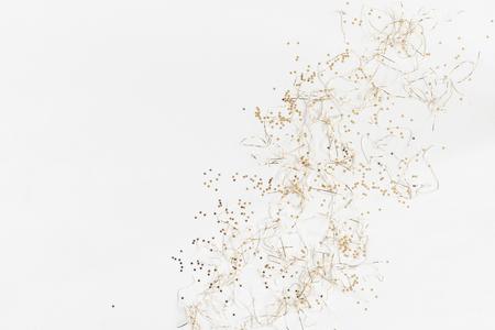 Weihnachtskomposition. Muster gemacht von den Weihnachtsgoldenen Dekorationen auf weißem Hintergrund. Draufsicht, flach legen, Kopie, Raum