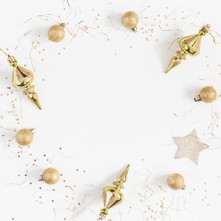 クリスマスの組成物。フレームは白い背景のゴールデン クリスマスの装飾から成っています。フラット トップ ビュー レイアウト、コピー スペース