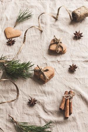 Weihnachtskomposition. Arbeitsplatz. Geschenk von Weihnachten Lebkuchen, Zimtstangen, Anis Stern, Tannenzweig. Flache Lage, Draufsicht