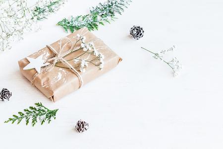 Weihnachtskomposition. Weihnachtsgeschenk, Tannenzapfen, Thuja Zweige und Gypsophila Blumen Lizenzfreie Bilder