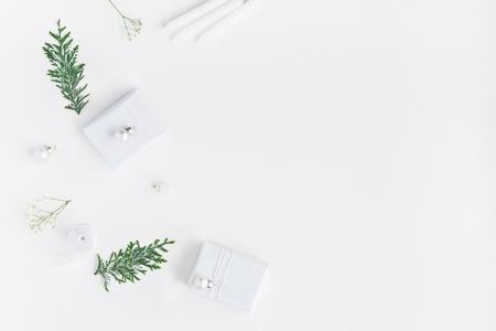 Kerst samenstelling. Kerstcadeaus, denneappels, gypsophila bloemen, thuya takken op een witte achtergrond. Plat leggen, bovenaanzicht, kopie ruimte Stockfoto