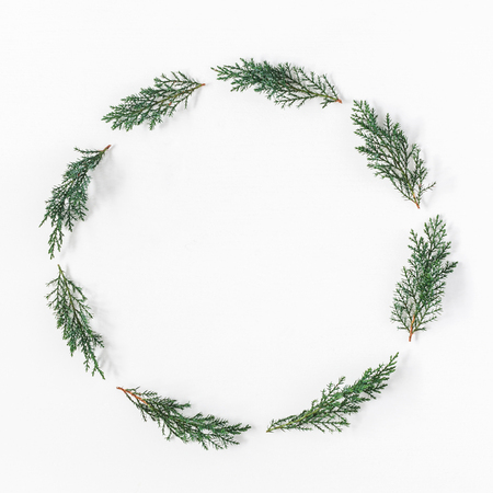 Corona di Natale fatta di rami di pino su sfondo bianco. Natale, inverno, concetto di nuovo anno. Flat lay, vista dall'alto, copia spazio, quadrato