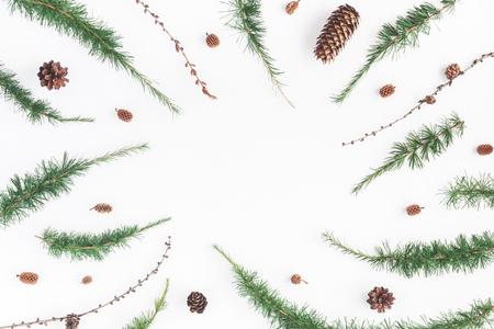 Рождественская композиция. Рама из ветвей лиственницы на белом фоне. Рождество, зима, концепция нового года. Плоский, вид сверху