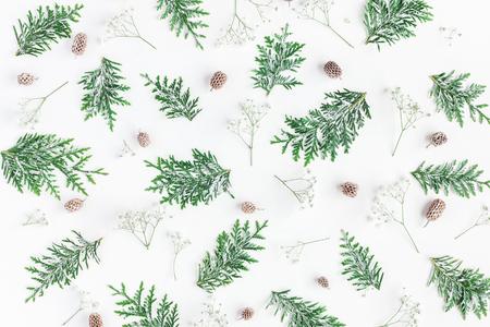 Kerst samenstelling. Patroon gemaakt van thuja takken, gypsophila bloemen, dennenappels op witte achtergrond. Kerstmis, winter, nieuw jaar concept. Plat leggen, bovenaanzicht Stockfoto