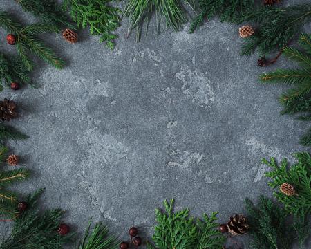 聖誕節組成。框架由不同的冬季植物製成黑色背景上。聖誕節,冬天,新的一年的概念。平躺,頂視圖,複製空間