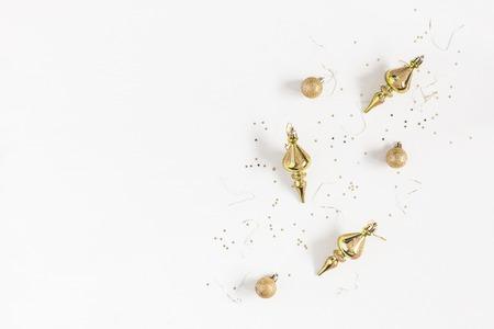Weihnachts-Komposition. Feld gebildet von den Weihnachtsgoldenen Dekorationen auf weißem Hintergrund. Draufsicht, flache Lage, Kopienraum Standard-Bild
