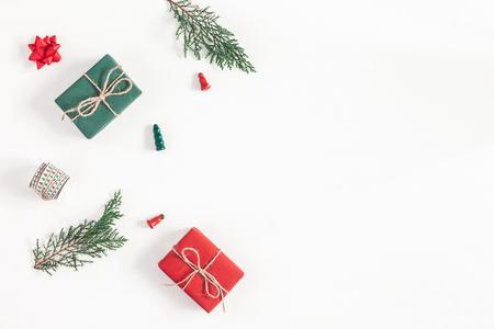 Composizione di Natale Pagina fatta dei regali di natale, rami del pino, giocattoli su fondo bianco. Vista piana, vista dall'alto, copia spazio
