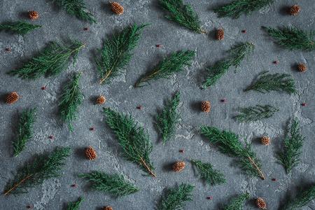 クリスマスの組成物。パターンは黒い背景に松ぼっくりヒノキ枝から成っています。クリスマス、冬、新年の概念。フラット横たわっていた、トッ