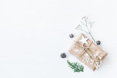 クリスマスの組成物。クリスマス プレゼント、松ぼっくり、thuja 枝とカスミソウの花。平面図、平面レイアウト 写真素材