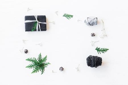 Composizione di Natale Regalo di Natale, pigne, rami di thuja e fiori di gipsofila. Vista dall'alto, piatta distesa