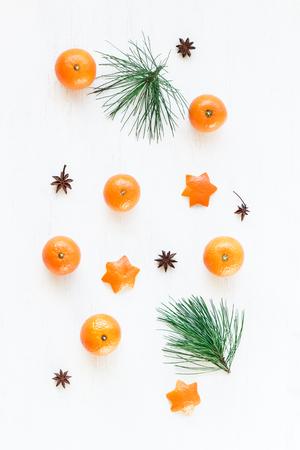 Composizione di Natale Motivo natalizio con mandarini, ramo di pino, stella di anice. Vista piana, vista dall'alto