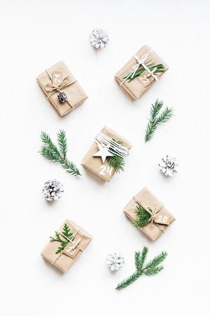 クリスマス カレンダーです。クリスマス プレゼント、モミ枝、松ぼっくり。フラット横たわっていた、トップ ビュー
