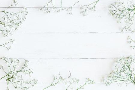 Frame gemaakt van gypsophila bloemen. Winter frame. Plat leggen, bovenaanzicht