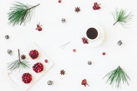 Composizione di Natale Tazza di caffè, dessert di Natale, stella di anice, rami di pino. Vista piana, vista dall'alto