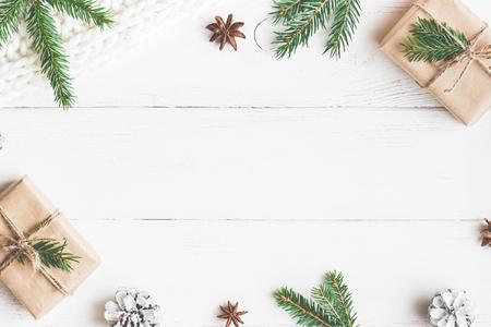 Рождественская композиция. Рождественский подарок, трикотажное одеяло, сосновые шишки, еловые ветки. Плоский, вид сверху