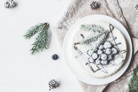 Kerstsamenstelling. Blauweberrycake Met Sparren, Kerstmis Dessert. Vlak gelegen, bovenaanzicht