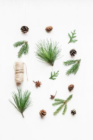 Weihnachtszusammensetzung mit Kiefernkegeln, Tannenzweige. Weihnachtsmuster. Draufsicht, flach legen
