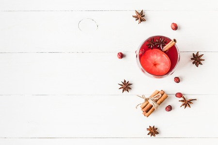 Christmas drink. Traditional mulled wine with spices. Christmas composition. Flat lay, top view Foto de archivo