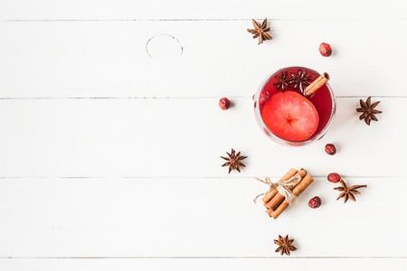 Weihnachtsgetränk. Traditioneller Glühwein mit Gewürzen. Weihnachts-Komposition. Flache Lage, Draufsicht