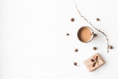 Kerst samenstelling. Kopje koffie, lariks takken, kaneelstokjes, anijs ster., Kerstcadeau. Plat leggen, bovenaanzicht