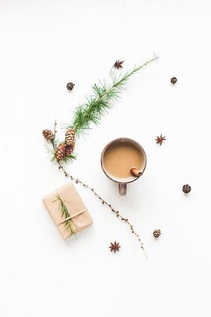Weihnachts-Komposition. Tasse Kaffee, Lärchenzweige, Zimtstangen, Anisstern., Weihnachtsgeschenk. Flache Lage, Draufsicht
