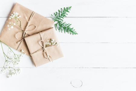 Kerst samenstelling. Kerstcadeau, thuja takken en gypsophila bloemen. Bovenaanzicht, plat leggen Stockfoto