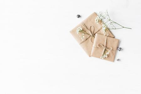 クリスマスの組成物。クリスマス プレゼント、松ぼっくりとカスミソウの花です。平面図、平面レイアウト