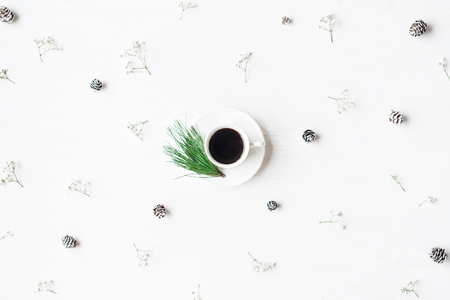 聖誕節組成。一杯咖啡,松果和滿天星鮮花。聖誕節概念。頂視圖,平躺