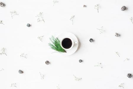 Weihnachts-Komposition. Tasse Kaffee, Tannenzapfen und Gypsophilablumen. Weihnachts-Konzept. Draufsicht, flach legen