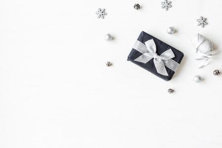 Weihnachts-Komposition. Weihnachtsgeschenk, Schneeflocken, Tannenzapfen. Draufsicht, flach legen