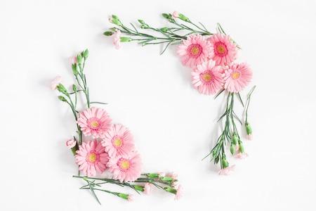 Blumen Zusammensetzung. Rahmen aus rosa Blumen auf weißem Hintergrund. Flachlage, Draufsicht, Kopienraum
