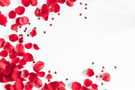 Valentinstag. Blumenzusammensetzung. Runder Rahmen gemacht von den rosafarbenen Blumen, Konfettis auf weißem Hintergrund. Valentinstag Hintergrund. Flache Lage, Draufsicht, Kopienraum