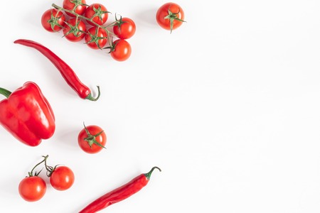 Vegetables on white background. Frame made of fresh red vegetables. Tomatoes, peppers. Flat lay, top view, copy space Stockfoto