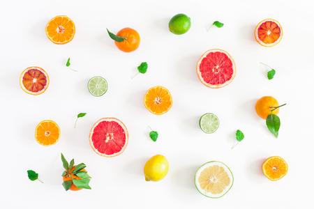 Fond de fruits. Fruits frais colorés sur tableau blanc. Orange, mandarine, citron vert, citron, pamplemousse. Mise à plat, vue de dessus