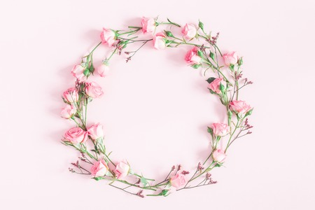 Flowers composition. Wreath made of pink rose flowers on pink background. Flat lay, top view, copy space Stockfoto