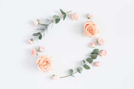 Flowers composition. Wreath made of rose flowers, eucalyptus branches on pastel gray background. Flat lay, top view, copy space 版權商用圖片