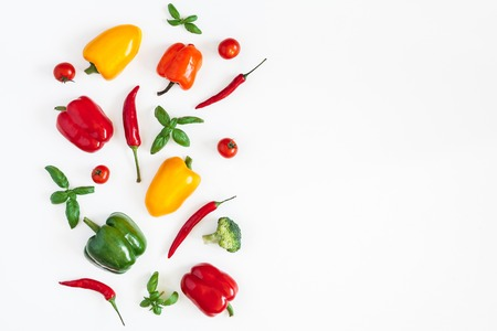 Vegetables on white background. Frame made of fresh vegetables. Tomatoes, peppers, cabbage, green leaves. Flat lay, top view, copy space Stockfoto