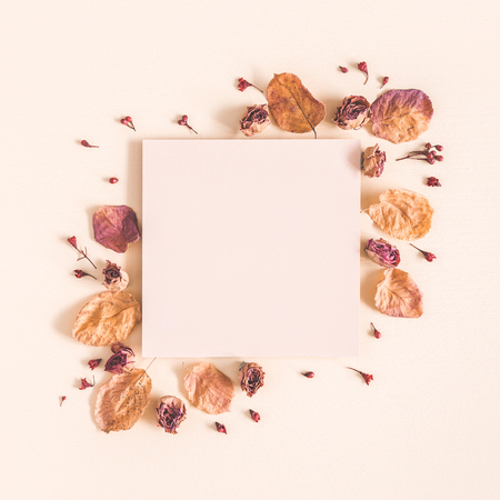 Autumn composition. Paper blank, dried flowers and leaves on pastel beige background. Autumn, fall concept. Flat lay, top view, copy space, square Foto de archivo - 105442816