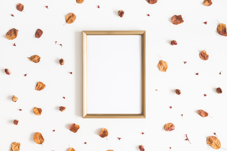 Autumn composition. Photo frame, dried flowers and leaves on white background. Autumn, fall concept. Flat lay, top view, copy space Foto de archivo - 106707403