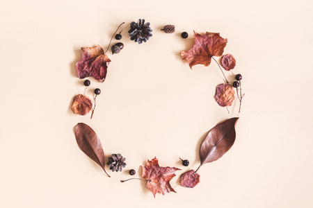 Autumn composition. Wreath made of dried leaves on pastel beige background. Autumn, fall concept. Flat lay, top view, copy space Foto de archivo - 108316222