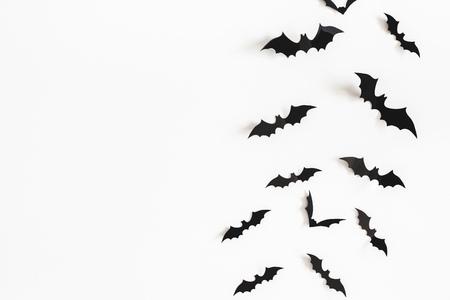 Décorations en papier Halloween sur fond blanc. Notion d'Halloween. Mise à plat, vue de dessus, espace de copie